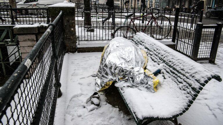 Photo d'un SDF sous la neige en janvier dernier (Christophe Archambault / AFP)