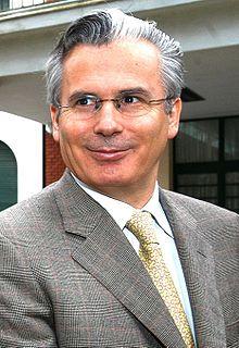 220px Baltasar Garzón Visitando ESMA Argentina 1AGO05 presidenciagovar recortada