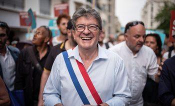 Jean-Luc MELENCHON. Deambulation festive de plusieurs centaines de membres de la France insoumise dans les rues de Marseille (du Prados au cours Julien) a l'issue de la deuxieme journee des universites d'ete du mouvement (AMFis) - Marseille, 24 aout 2018.